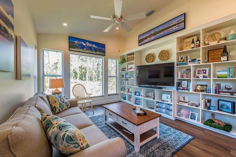 7011-Sandalwood-Lane-Naples-FL-large-002-007-Living-1499x1000-72dpi