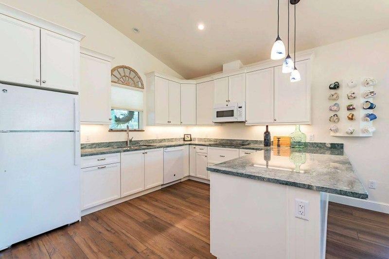 7011-Sandalwood-Lane-Naples-FL-large-004-003-kitchen2-1499x1000-72dpi